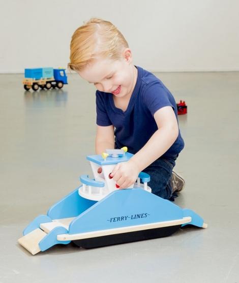 Feribot din lemn, New Classic Toys, pe roti